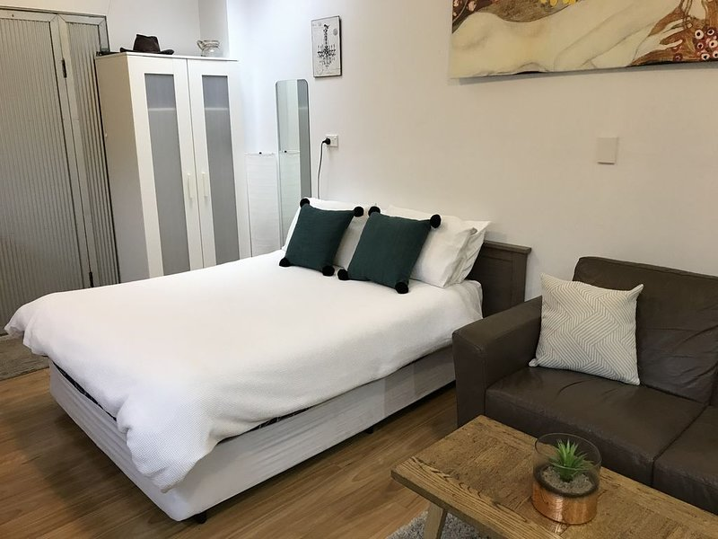 Summer in the City fringe Studio in the heart of Surry Hills, vacation rental in Moore Park