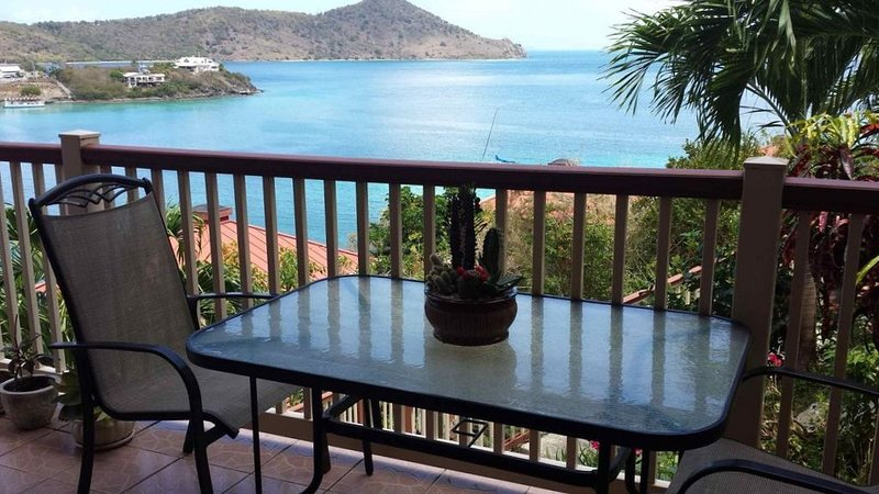 Great Location/views! Wrap around balc. Lower $ avail. for longer stays. B22, location de vacances à Smith Bay