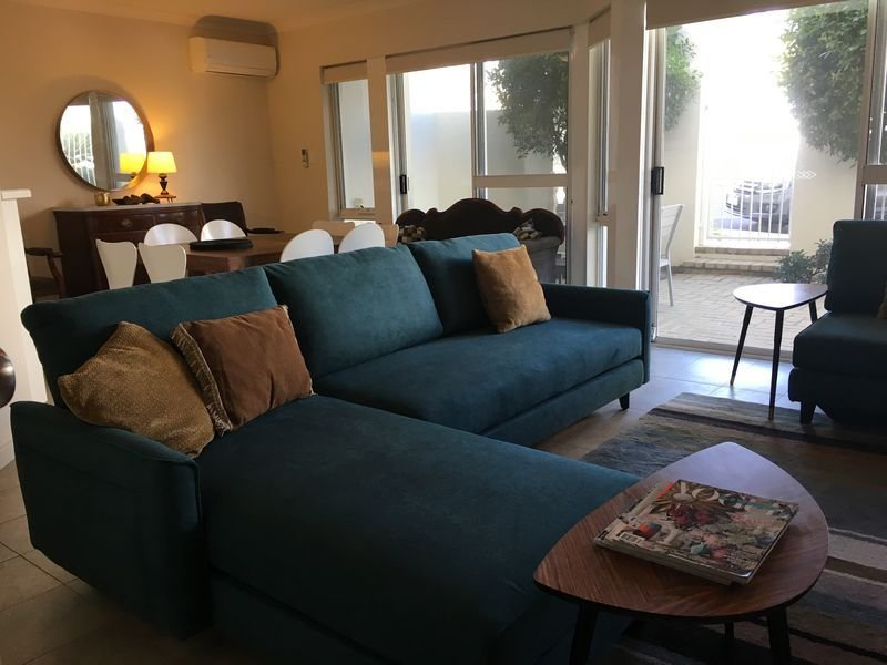 Spacious apartment living for up to six in WA's premier beach location Cottesloe, vacation rental in Cottesloe