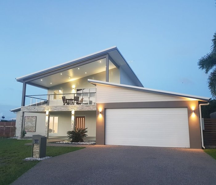 SLICE OF PARADISE PANORAMIC OCEAN VIEWS (NETFLIX) SELF CHECK IN, vacation rental in Townsville