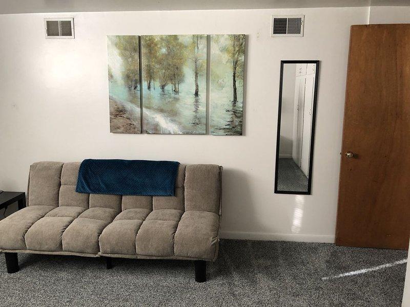 Futon confortable, lit simple situé dans la chambre principale