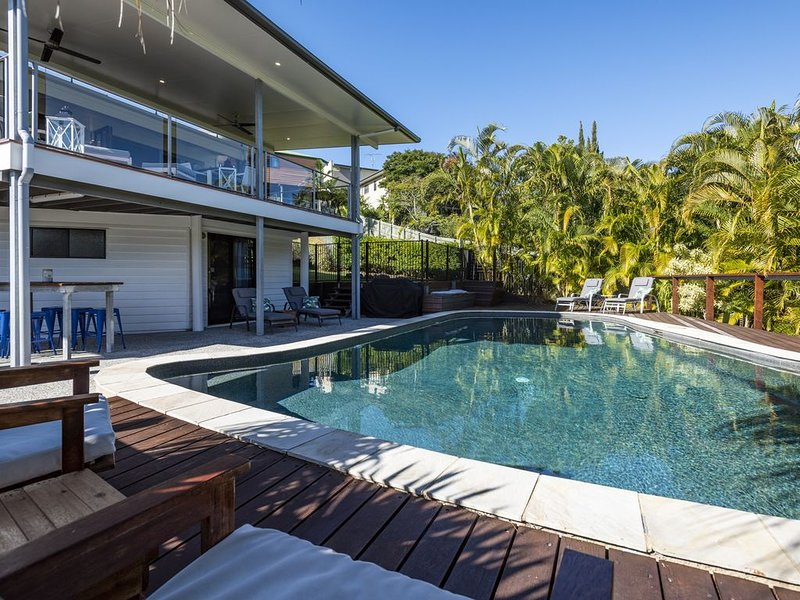 Relaxing and comfy family retreat with huge pool on the Sunshine Coast, location de vacances à Currimundi