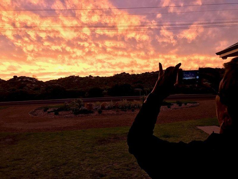Der Sonnenuntergang von vorne mit Blick auf die Sanddünen