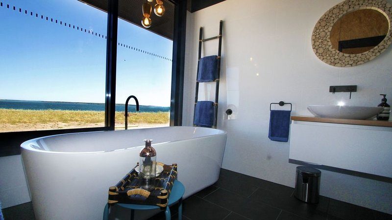 Luxury villas overlooking Perlubie Beach on the Eyre Peninsula., holiday rental in Streaky Bay