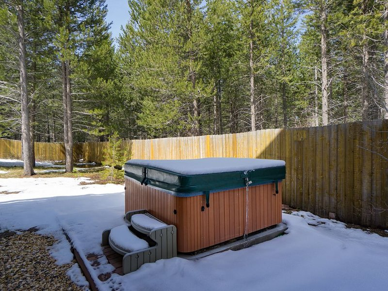 Vibrant Townhome with Hot Tub, Video Games, Flat Screen TV, 15 Min to Heavenly, vacation rental in South Lake Tahoe