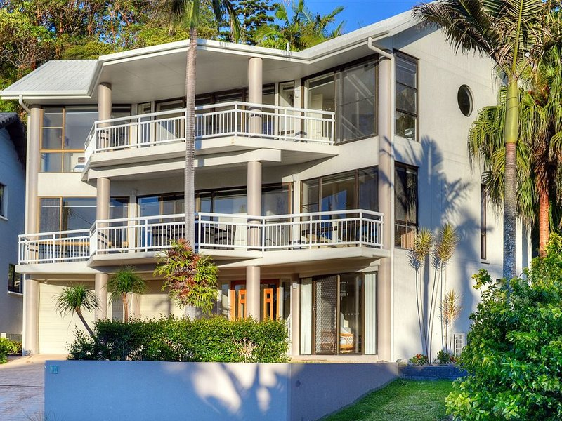 BEACHSIDE MANOR - walk to the beach, holiday rental in Mullaway