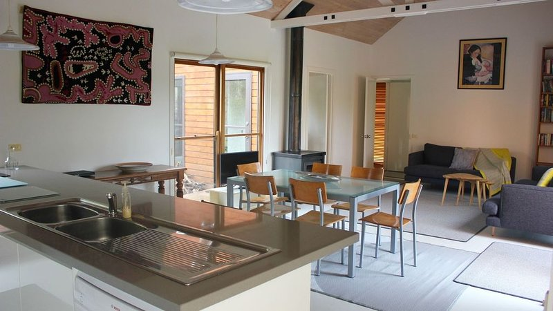 The House of Chill - lake view, central, secluded, vacation rental in Wallington
