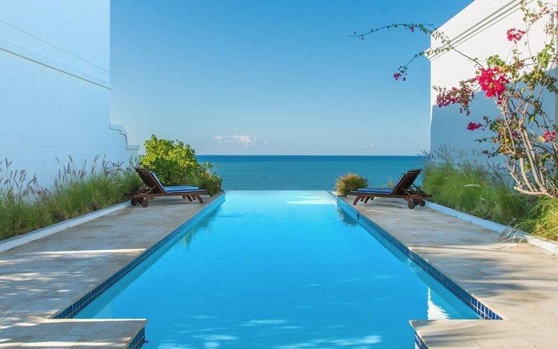 Villa Estrella | Private plunge pool and direct beach access, location de vacances à Anasco