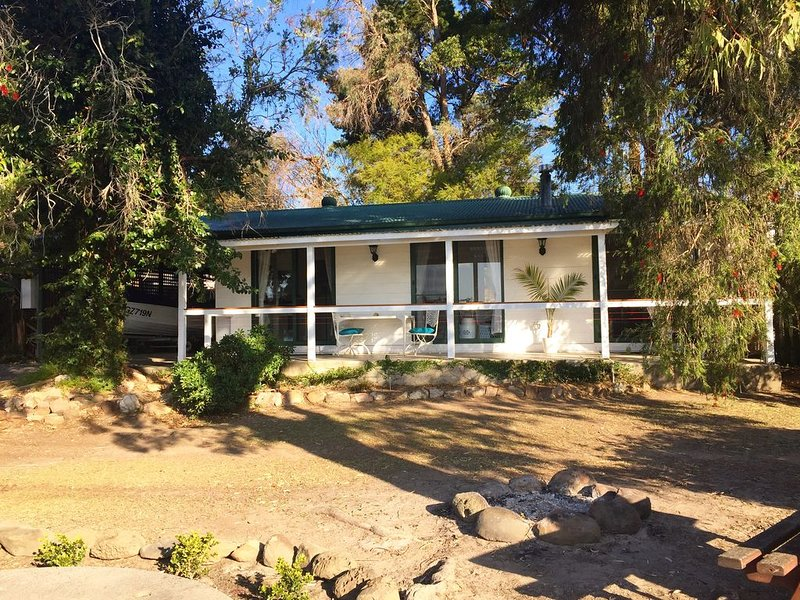Bream Cottage With Wallis Lake Water Views, alquiler vacacional en Tuncurry