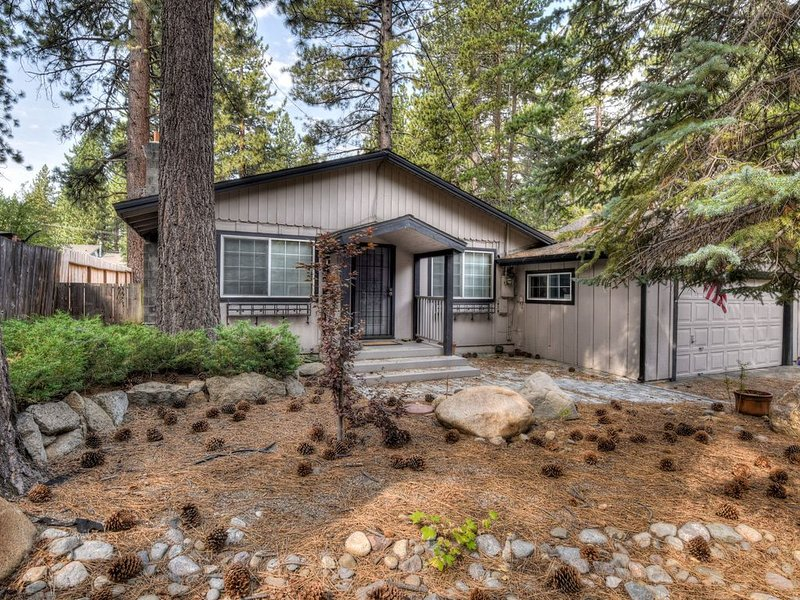 10 min to Heavenly, casino, stateline, BBQ patio, great for groups, couples, vacation rental in South Lake Tahoe