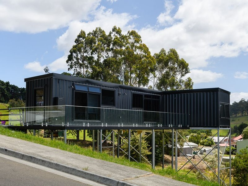 New elevated container house with stunning rural and ocean views, aluguéis de temporada em Eggs and Bacon Bay