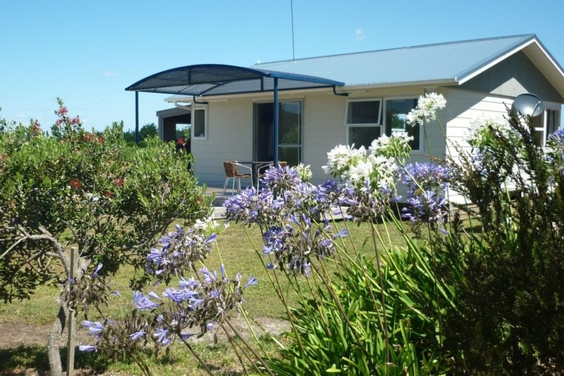 Stand alone cottage. Easy 10 minute walk to beach, holiday rental in Mangonui