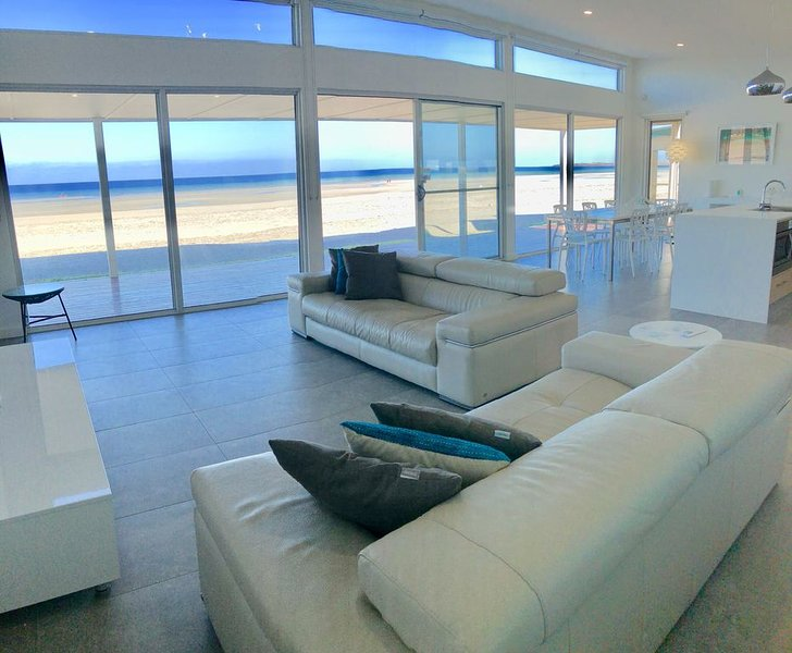 Beach Bliss absolute beachfront at Wallaroo, vacation rental in Port Moonta