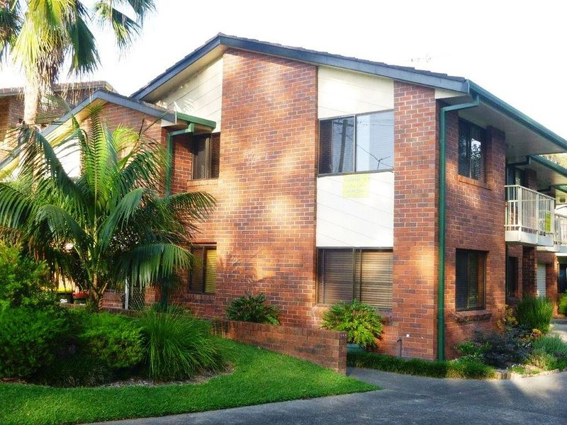 Modern three bedroom home within 100m walk to Black Head Beach, casa vacanza a Taree