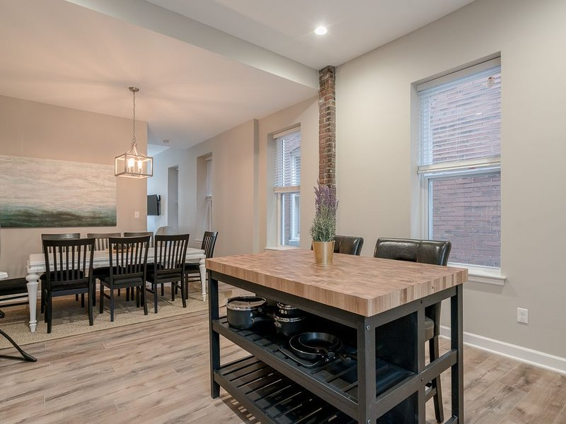 Designer Townhome 1 of 2 LEFT SIDE by JZ Vacation Rentals, holiday rental in East Carondelet