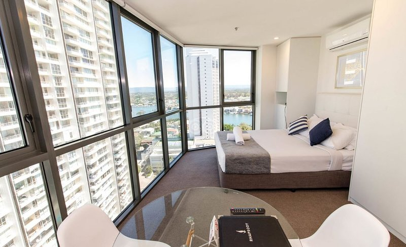 Sleek and Stylish Ciity View Studio Apartment at Rhapsody Resort 100m to the Bea, alquiler vacacional en Main Beach