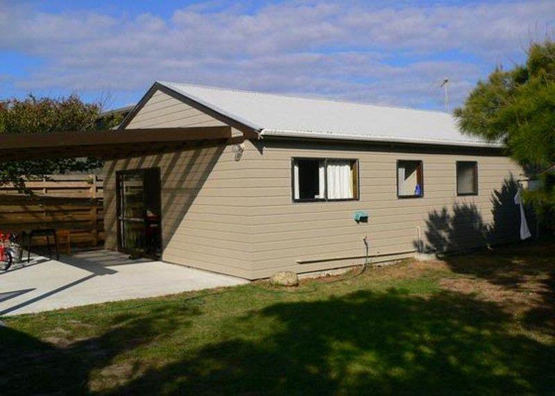 Classic Kiwi Bach Retreat, holiday rental in Peka Peka