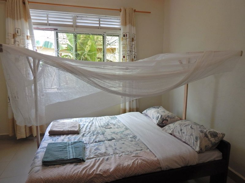 The Cozy HideAway - 15 minutes from the Airport, holiday rental in Entebbe