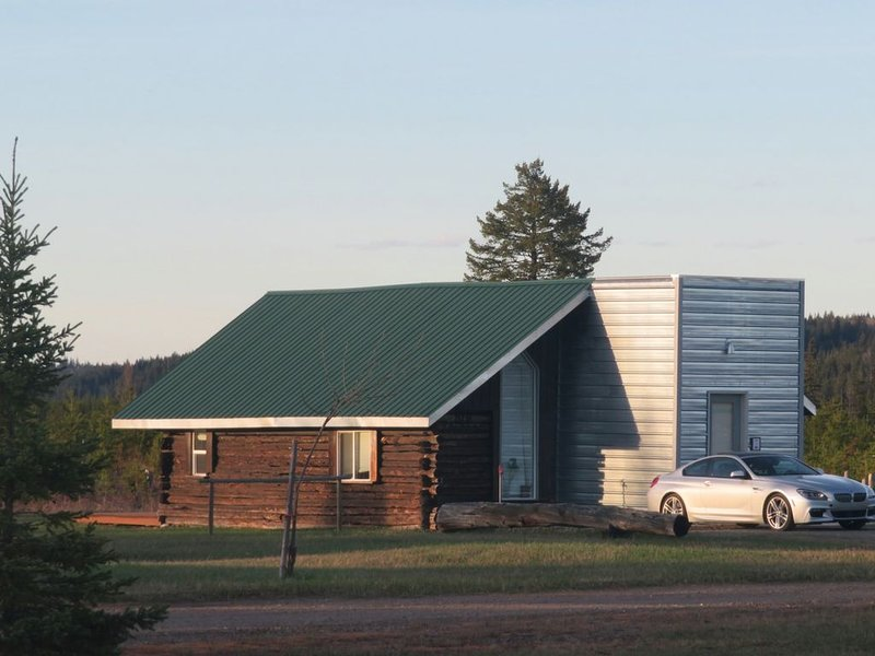 Woodhouse Cottages and Ranch - The Old Logbarn, aluguéis de temporada em Prince George