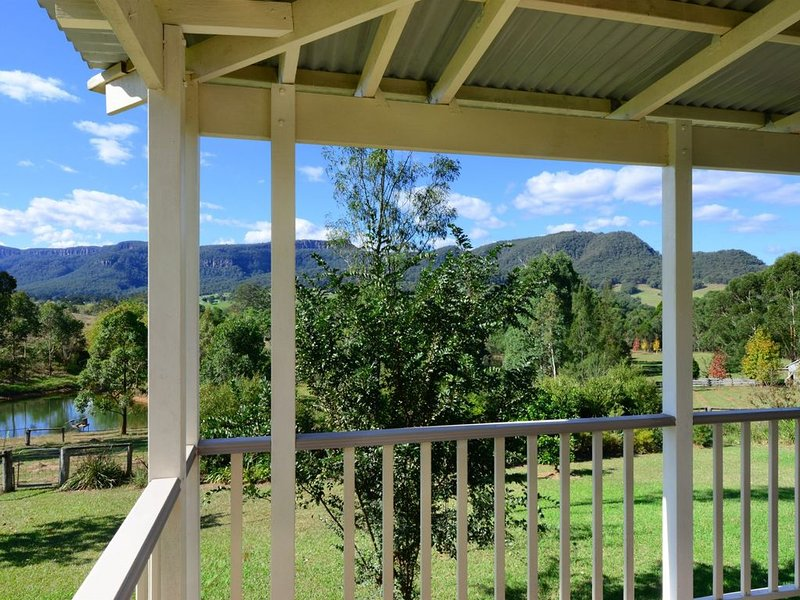 Set in an elevated position, this newly renovated contemporary property..., vacation rental in Kangaroo Valley