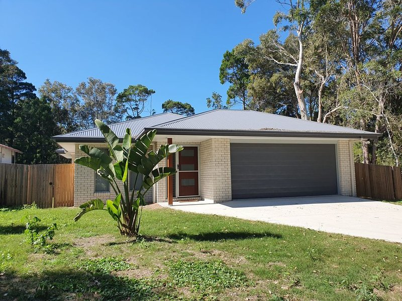 26 Satinwood Drive- Low set modern, sleeps 8, casa vacanza a Tin Can Bay