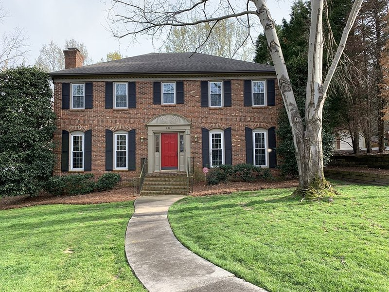 Comfortable South Charlotte Home w Great Screened in Patio, holiday rental in Matthews