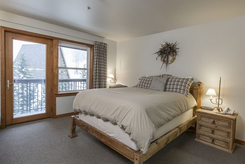 Comfortable Ski In/Ski Out Hotel Style Room, holiday rental in Whitefish