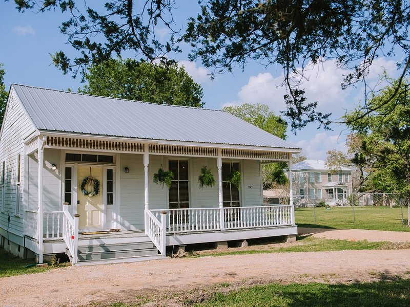 Sunshine Cottage at Chappell Hill ( THIS HOME IS TREATED WITH GERM SHIELD), alquiler vacacional en Bellville