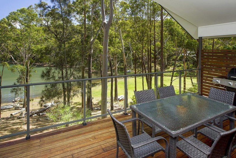 By The Lake * Smiths Lake~Lakefront~Kayaks~ Foxtel~Views~Perfect for 2 families, location de vacances à Boolambayte