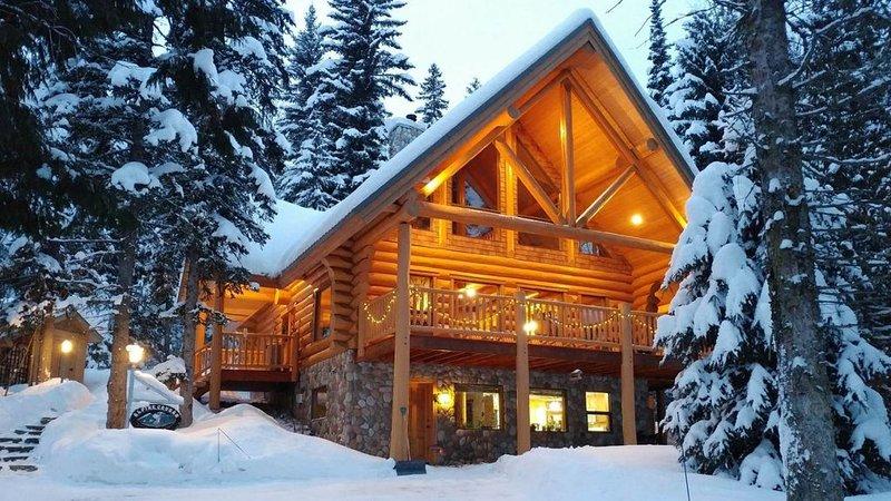 Alpine Cougar Log Chalet, holiday rental in Fernie