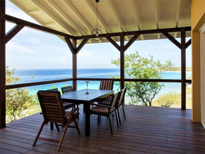 Cas Abou Waterfront Bungalow with Great Seaviews near Best Voted Beach, location de vacances à Soto