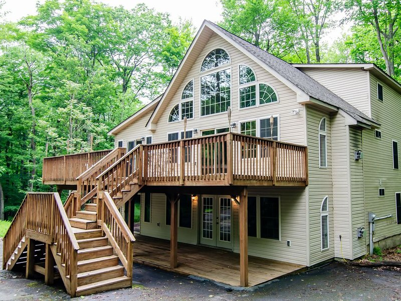 3000 sqft, front and back porch, 2 living spaces, 5 bedrooms, 3 baths, access to