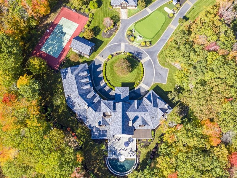 Infinity pool, tennis court, putting and chipping green and more at this Luxury, aluguéis de temporada em Cape Porpoise