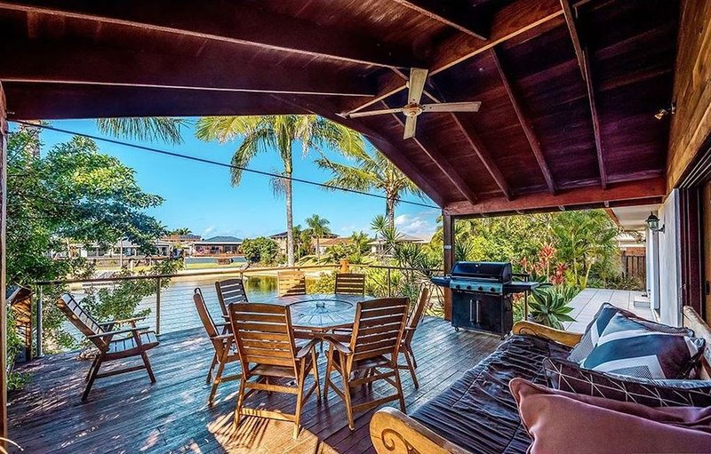 Coconut Grove Holiday House on the water - private sandy beach, location de vacances à Varsity Lakes