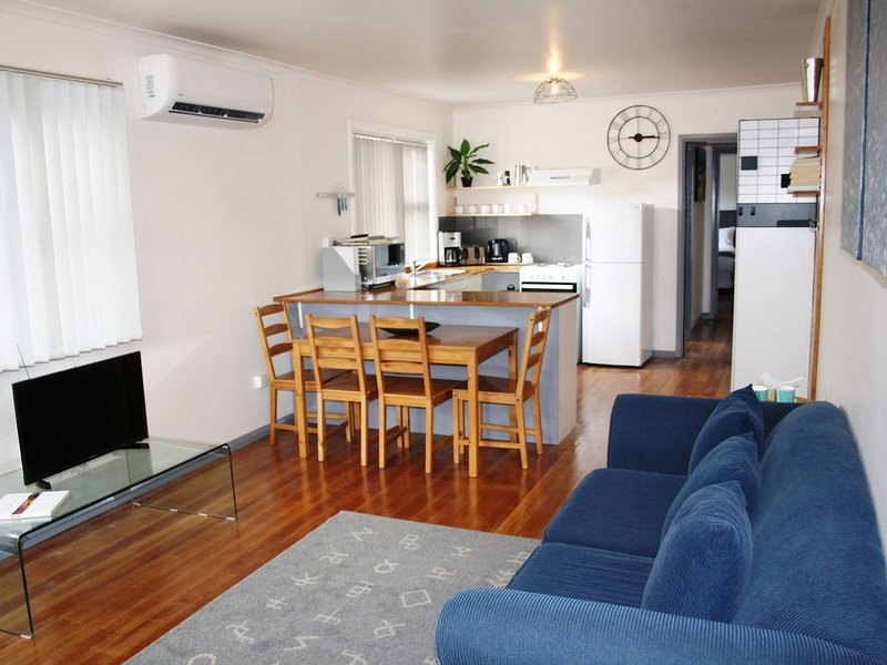 Sunny Scandinavian apartment.  Free WiFi & Netflix. Close to shops. Leafy street, holiday rental in Glenorchy