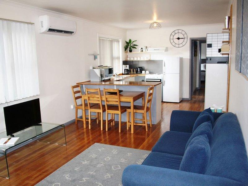 Sunny Scandinavian apartment.  Free WiFi & Netflix. Close to shops. Leafy street, location de vacances à Austins Ferry