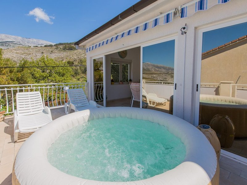 JACUZZI-POOL APARTMENT 20 MINUTES FROM SPLIT, casa vacanza a Kotlenice