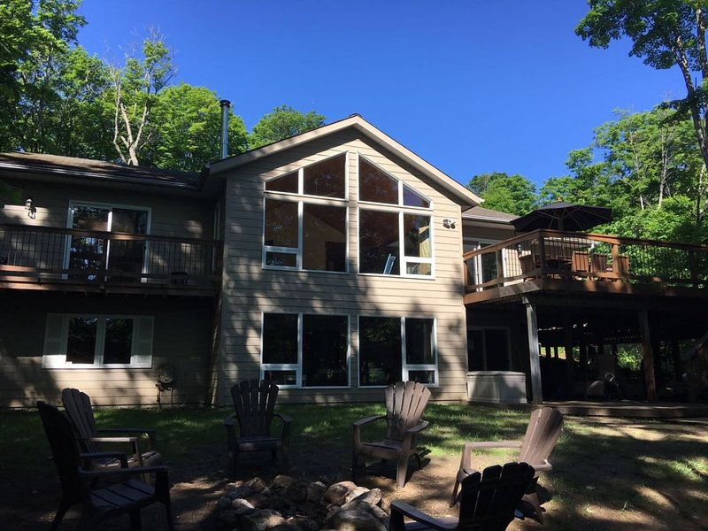Luxury Haliburton Lakefront Cottage with Hot Tub, alquiler de vacaciones en Highlands East