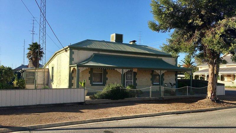 Copper Rose Cottage �- Wallaroo - Wifi & Foxtel.  New bathroom and new flooring, holiday rental in Wallaroo