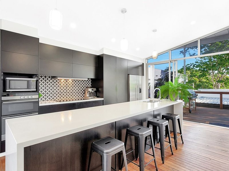 The Loft House * Palm Beach - 200 metres to beach!, vacation rental in Tallebudgera