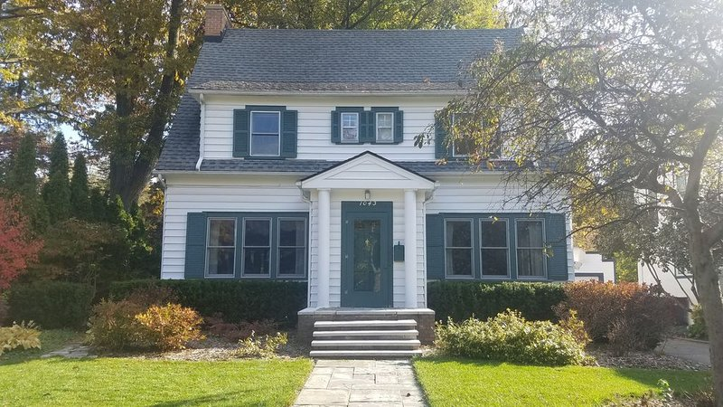 Walk to Big House AND campus from charming neighborhood, casa vacanza a Ypsilanti