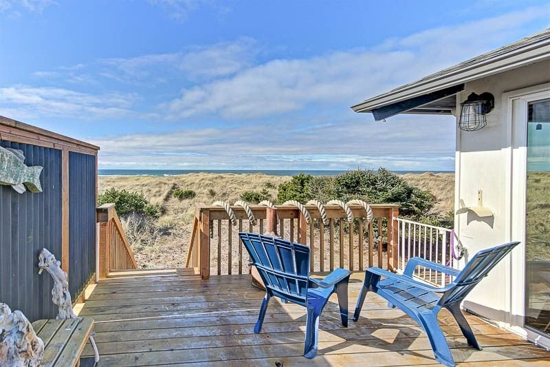 Classic Wood-Lined Oceanfront Cottage with Easy Beach Access in Waldport!, vacation rental in Waldport