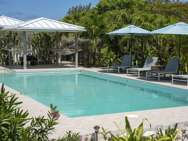 AS SEEN ON BAHAMAS LIFE! Newly Remodeled Windermere Beach House w/ Pool, Club, alquiler de vacaciones en Windemere Island
