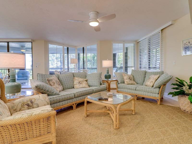 Pine Cove #204: Stunning Gulf Front Condo & Awesome Location on West Gulf Dr!, vacation rental in Sanibel