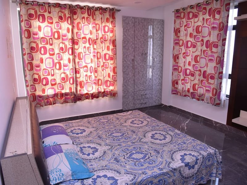 Luxury 3 Bedroom flat with attached bathroom near expo mart, alquiler de vacaciones en Greater Noida