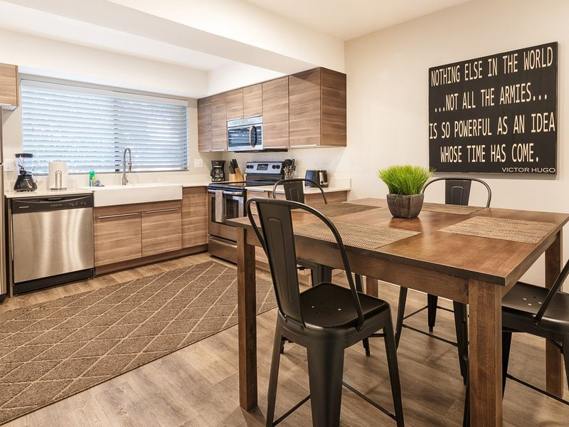 Walk to ASU and Mill Ave!, holiday rental in Tempe