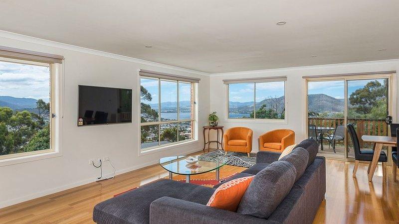 space and style with views, aluguéis de temporada em Grove