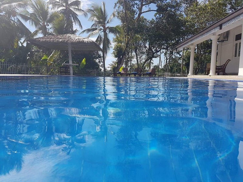 Luxury colonial villa with a paradise garden and pool, holiday rental in Kaluwamodara