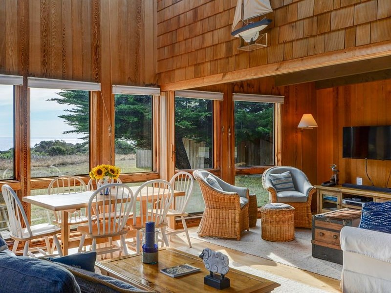 Sibley: rustic oceanfront getaway w/ views & private hot tub, BBQ, walk to beach – semesterbostad i The Sea Ranch
