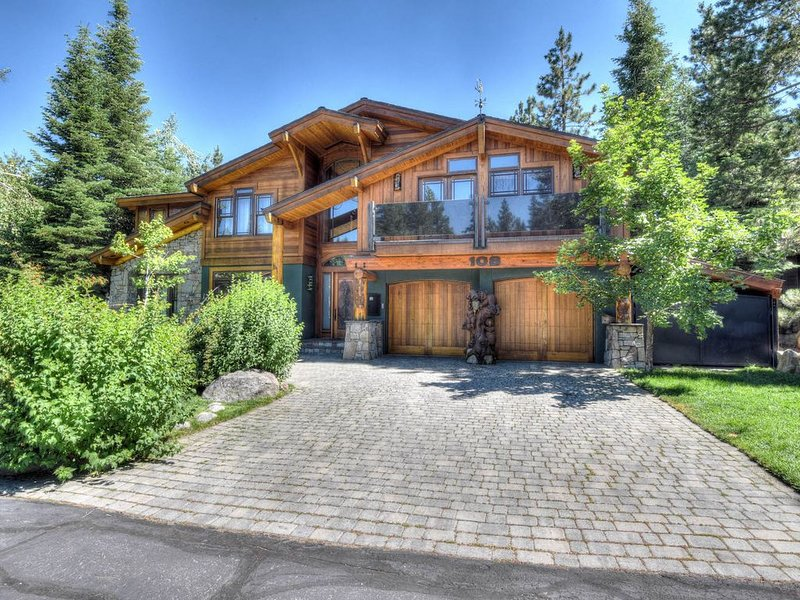 Olympic Valley Designer Home; 5 Minutes to Squaw; Foosball, Smart TV, Slow Cooke, vacation rental in Olympic Valley